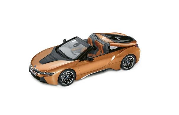 Модель автомобиля BMW i8 Roadster, Limited Edition, E Copper Metallic / Black, 1:12 Scale