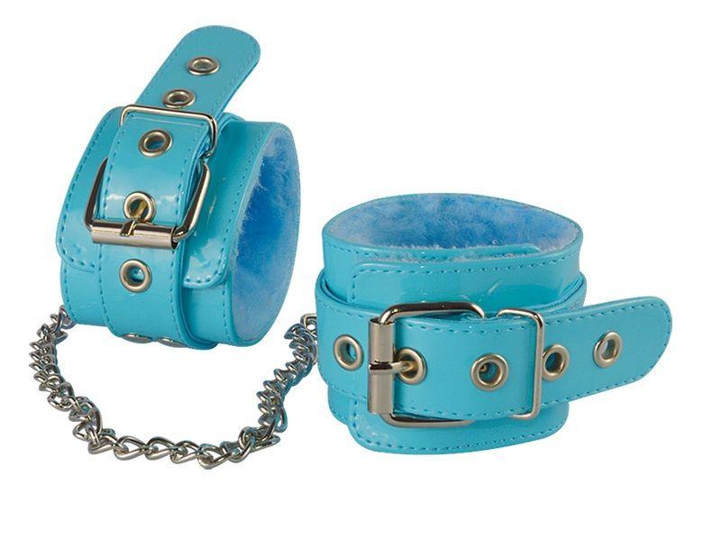 Наручники Sitabella голубые лаковые с меховой отделкой.