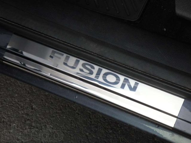 Накладки на внутренние пороги с рисунком передние Ford Fusion 2006-2019