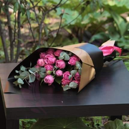 Монобукет пионовидных кустовых роз FlorPro Мисти Баблс с эвкалиптом в дизайнерск упаковке