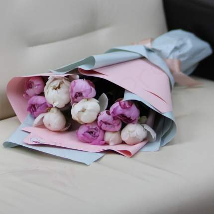 Монобукет из 11 белых и розовых пионов FlorPro в дизайнерской упаковке