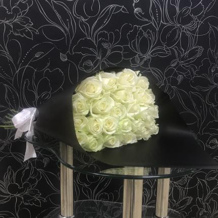 Монобукет из 25 белых роз FlorPro Аваланч в черном крафте Монобукет из 70 см