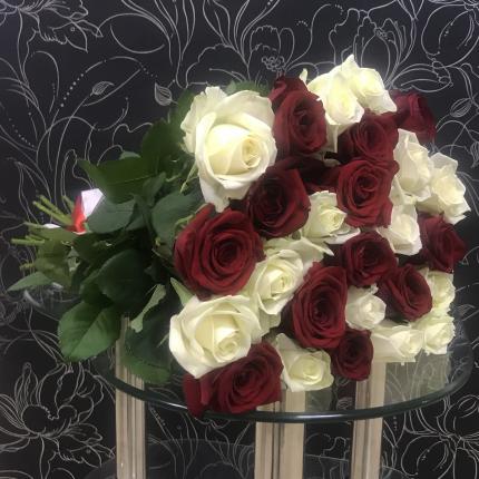 Монобукет из 25 красных роз FlorPro Ред Наоми и белых Аваланч 40 см