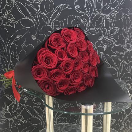 Монобукет из 25 красных роз FlorPro Ред Наоми 50 см в черном крафте