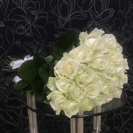 Монобукет из 25 белых роз FlorPro Аваланч 40 см