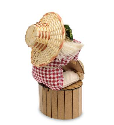 Домовик Славуся на сундук с топором и дровами