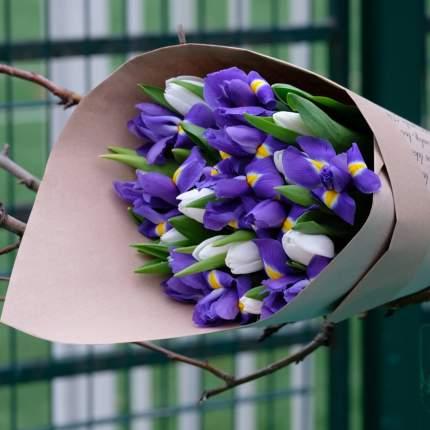 Букет FlorPro 11 белых тюльпанов и 10 синих ирисов в упаковке