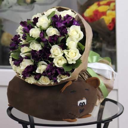 Букет FlorPro 25 белых роз с фиолетовой альстромерией в крафте