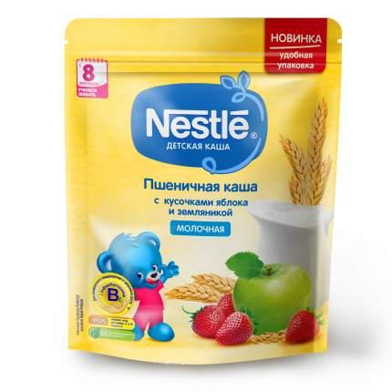 Молочная пшеничная каша Nestle с кусочками яблока и земляникой с 8 меc 220г