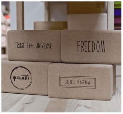 Кирпич для йоги Yoga Club из пробки с принтом Trust the Universe