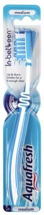 Зубная щетка Aquafresh In-Between Clean средняя
