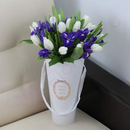 Белые тюльпаны и синие ирисы в конусе