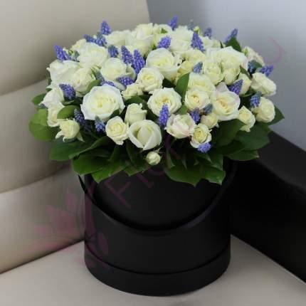 Белые розы и мускари в коробке