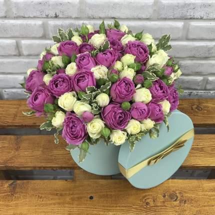 Белые и розовые пионовидные розы в коробке