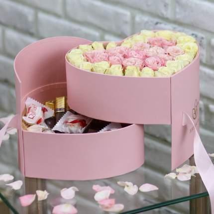 Розовое сердце с кустовыми розами и конфетами