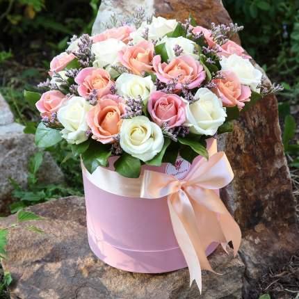 25 белых и лососевых роз в коробке