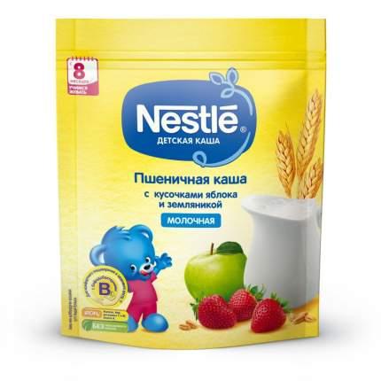 Каша молочная Nestle Пшеничная с кусочками яблока и земляникой с 6 мес. 220 г